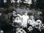 Helena Pakoszewska - z białym kwiatem we włosach. Sambor 1939. Po lewej stronie z tyłu mała Irena Wołosiańska