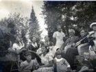 Helena Pakoszewska (z kwiatem we włosach) z rodzicami i krewnymi