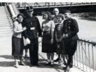 Helena Pakoszewska z przyjaciółmi na granicy polsko - węgierskiej. Wraz z nimi węgierski strażnik graniczny. 1939 r.