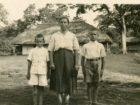 Od prawej stoją - Stanisław Kiełb, Maria Kiełb, NN. Masindi, Uganda