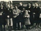 Rodzina Cezaryny i Eugeniusza Dębickich. Toporów 1942 r.
