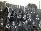 W dolnym rzędzie trzecia z lewej strony Helena Pakoszewska - zdjęcie szkolne