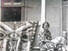 Zofia Batiuk z Jurkiem na werandzie domu