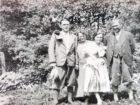 Zofia (druga z lewej) i Kajetan (pierwszy z prawej) ze znajomymi